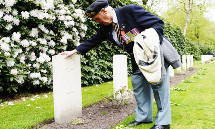 Canadian veteran visiting his friend resting in the Netherlands